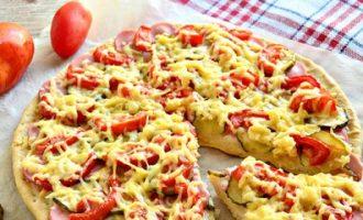 Домашняя пицца с сосисками и соленым огурцом.