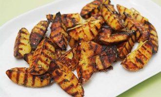 Готовим на гриле: картофель по-деревенски