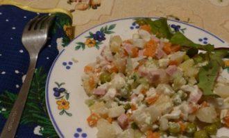 Приготовление салата «Оливье»