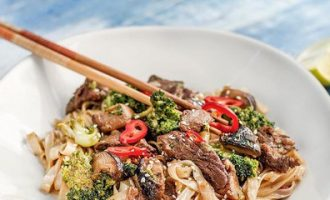 Рисовая лапша Мей Дзу с говядиной и овощами